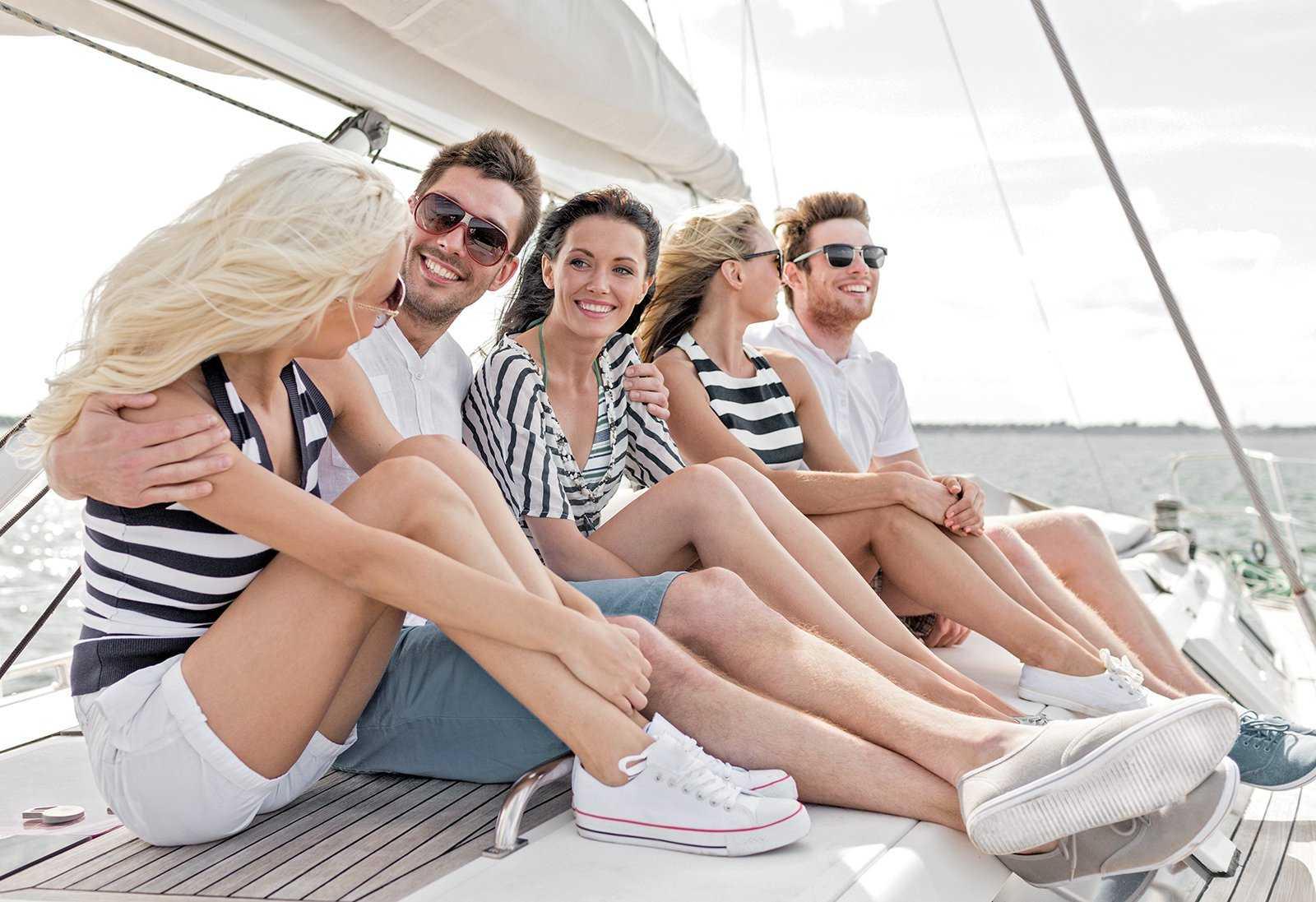 группа курсантов на яхте