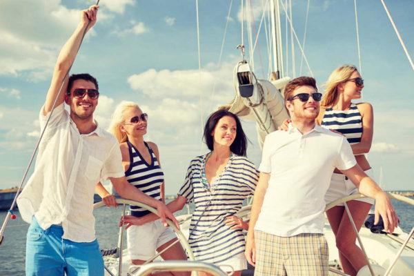группа людей на яхте